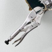 Pinzas de presión de tenaza recta de 7 pulgadas sujetadas a una sección de un conducto de calefacción, ventilación y aire acondicionado (HVAC)