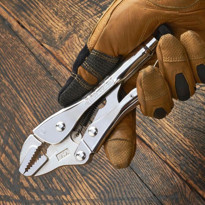 Una mano con guante sostiene unas pinzas de presión Eagle Grip de 7 pulgadas