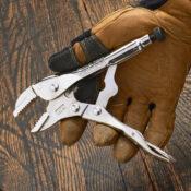 Una mano con guante abriendo unas pinzas de presión de 7 pulgadas con tenaza recta