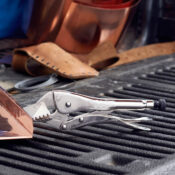 Se utilizan pinzas de presión Eagle Grip con un sellador de 3 pulgadas de largo para doblar una pieza de cobre sobre la caja de una camioneta.