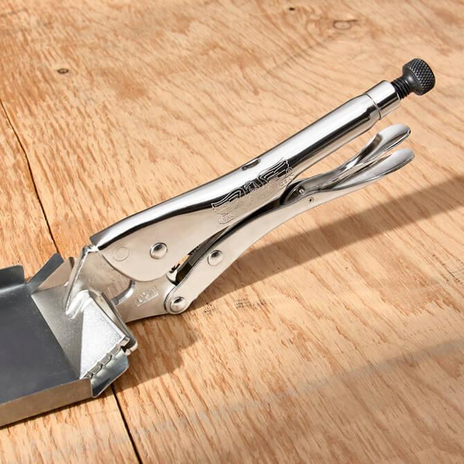 Un sellador de presión Eagle Grip doblando una pieza de lámina de metal