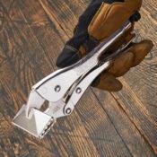 Una mano con guante sostiene unas pinzas Eagle Grip de 3 pulgadas de largo para lámina de metal