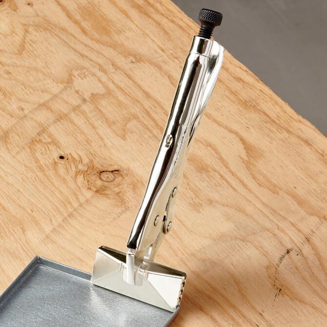 Sellador de presión Eagle Grip que sujeta una pieza de lámina de metal