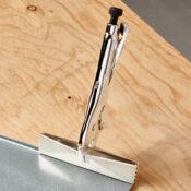 Une pince à jointer verrouillable Eagle Grip serrant une pièce de tôle