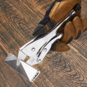 Main tenant une pince à tôle de 6 pouces d'Eagle Grip