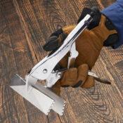 Main ouverte avec une pince à tôle Eagle Grip avec une longue tête à jointer de 6 pouces