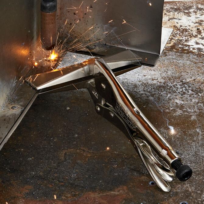 Soudure de deux pièces de métal qui sont maintenues ensemble avec une pince à tôle Eagle Grip