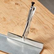 Sellador de presión Eagle Grip con una cabeza del sellador de 9 pulgadas que sujeta una pieza de lámina de metal