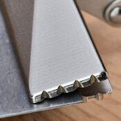 Primer plano de los incrementos ubicados en la cabeza del sellador de unas pinzas Eagle Grip para lámina de metal