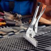 Sellador de presión Eagle Grip con una cabeza del sellador de 9 pulgadas que sujeta una malla de metal en la parte posterior de la caja de una camioneta
